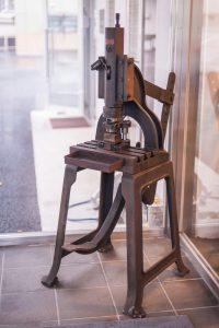 創業当時の金型と足踏み式のプレス機