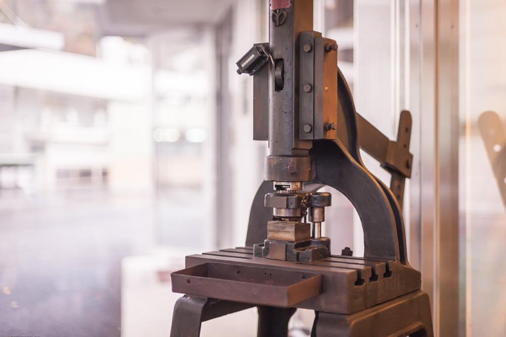 創業当時の金型と足踏み式のプレス機が、現在も本社玄関に展示してあります。