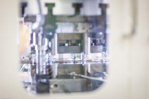 業界トップ水準の高速、かつミクロン単位の高精度でプレス加工できる高い技術力
